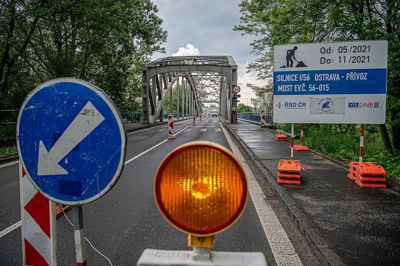Uzavřený most přes řeku Odru v Ostravě-Přívoze. Ilustrační foto.