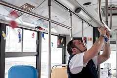 Řidič ostravského dopravního podniku Martin Plačko i letos oslavil narozeniny se svými pasažéry na lince č. 57. Nabídl jim několik druhů bonbonů a zhruba na každé zastávce přijímal gratulaci.