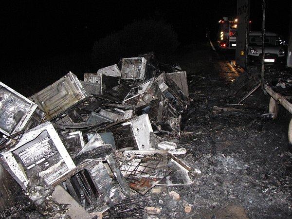 Spožárem kamionu, který převážel náklad sporáků do Ruska, bojovali ve čtvrtek vnoci profesionální a dobrovolní hasiči na silnici mezi Klimkovicemi a Bravanticemi.