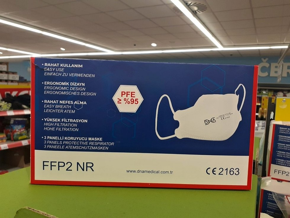 Respirátor FFP2 NR DNA prodává řetězec Penny.