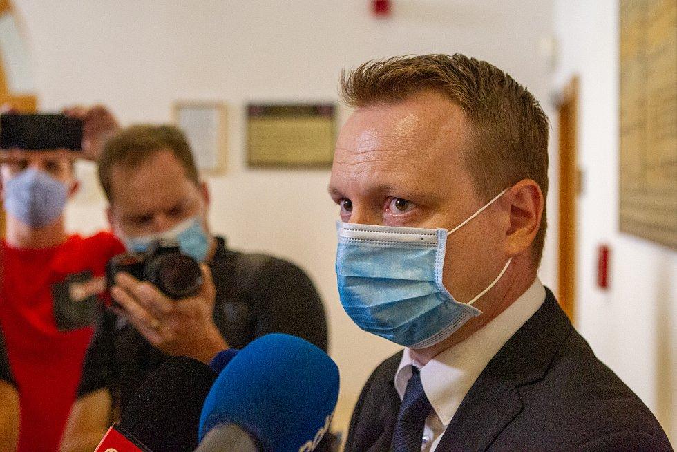 K okresnímu soudu v Karviné byl předveden Zdeněk K., kterého policie obvinila z vraždy a obecného ohrožení v souvislosti s požárem domu v Bohumíně, státní zástupce Michal Król, 11. srpna 2020.