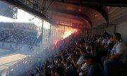 Slezské derby Baník vs. Slezský FC - opavští fanoušci v kotli odpálili pyrotechniku.