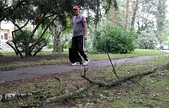 Pozůstatky poslední bouřky s průtrží mračen v pátém obvodě v Porubě.