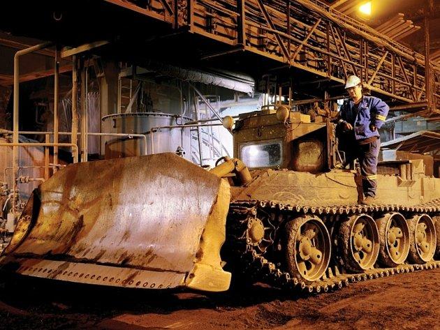 Tanky, které po desetiletí odstraňovaly rozžhavenou strusku, končí. Nahradí je buldozery.