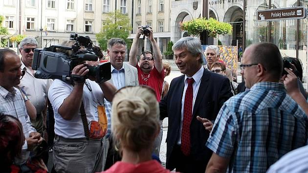 Více než stovka starostů menších měst a obcí z celého Moravskoslezského kraje se dnes dopoledne sešla před ostravskou radnicí.