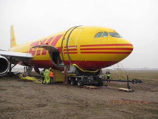 Hasiči záchranného sboru ostravského letiště Leoše Janáčka pomohli svým kolegům vBratislavě svyproštěním letadla, které zde havarovalo.