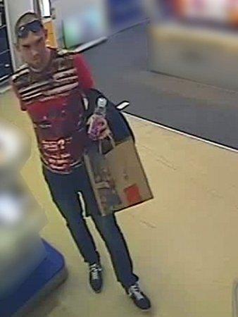 Poznáte podezřelého muže na snímku zbezpečnostní kamery?