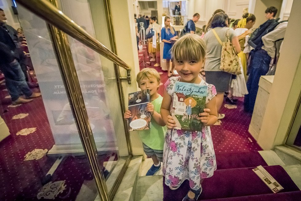Děti odcházely s knižními dary z nakladatelství Albatros, Mladá fronta a Host Brno.