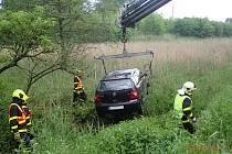 Ve vozidle, které skončilo v potoce, byli zraněni dva lidé. Spolujezdce museli vyprostit hasiči.