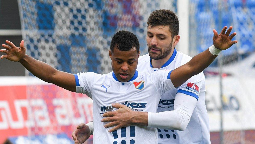 Fotbalisté Baníku Ostrava (v modro-bílém) v duelu 28. kola FORTUNA:LIGY s Mladou Boleslaví (2:1).  Dyjan Carlos de Azevedo oslavil proměněnou penaltu na 1:1 také s Patrizio Stronatim.
