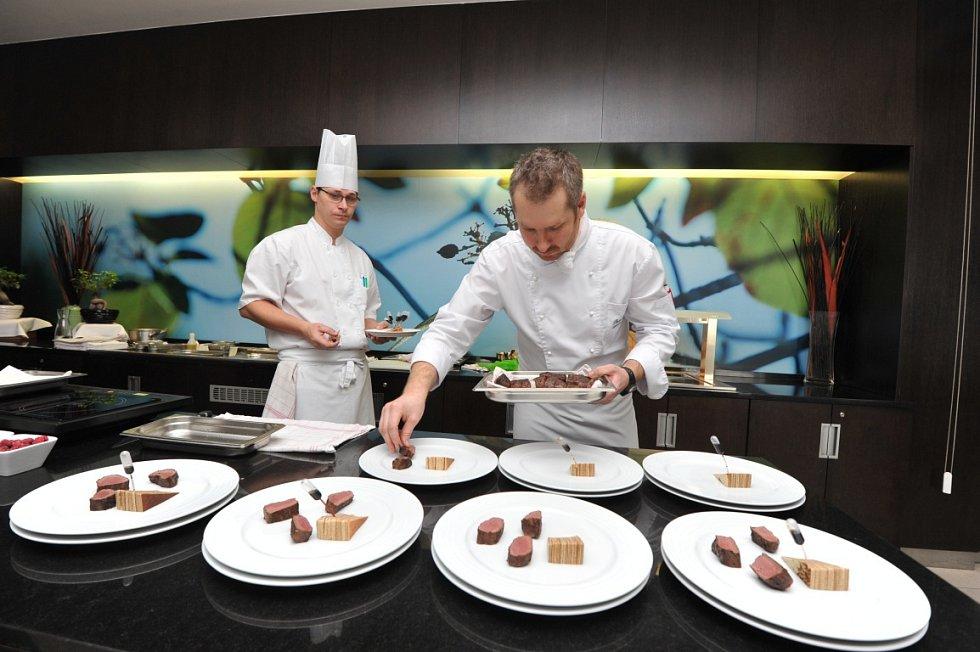 Šéfkuchař restaurace Bamboo ostravského hotelu Park Inn By Radisson Hotel Pavel Čadil Deníku představil tříchodové degustační menu, které bude zájemcům v rámci festivalu podáváno v tamní restauraci.