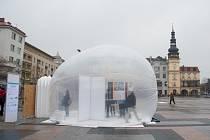 Studenti na Masarykově náměstí v Ostravě představili OxyBox, speciálně vyrobený stan na principu horkovzdušného balonu, plný čističek vzduchu.