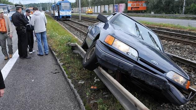 Záběry z pondělní nehody mezi automobilem a tramvají na Opavské ulici v Ostravě-Porubě