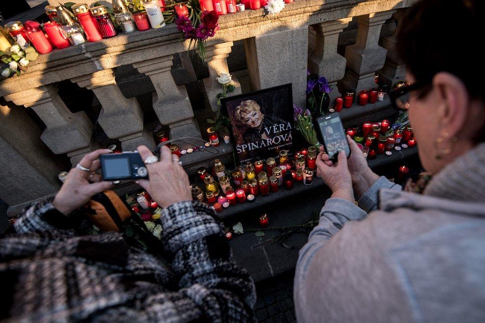 Fanoušci Věry Špinarové se v úterý po šesté hodině sešli v Ostravě na Masarykově náměstí, kde vytvořili zpěvačce pietní místo.