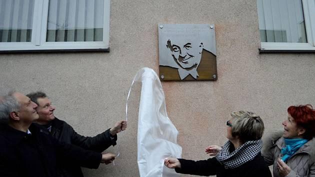 Z odhalení pamětní desky Vladimíra Brázdy v ostravském domě Na Desátém, kde dlouho žil.