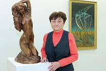 POETICKÉ DÍVKY ztvárňuje Blanka Voldřichová (na snímku na své současné výstavě v Ostravě), kde jsou také prezentovány obrazy jejího švagra.