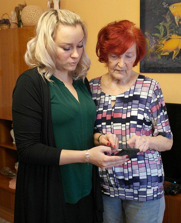 Pomoc při registraci na očkování zařídila vnučka Jana, senioři on-line moc nejsou.