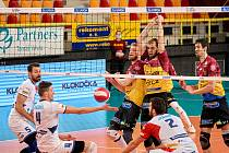 Volejbalisté Ostravy (v bílém) si extraligové semifinále play-off nezahrají. V rozhodujícím pátém utkání čtvrtfinále totiž v Liberci padli.