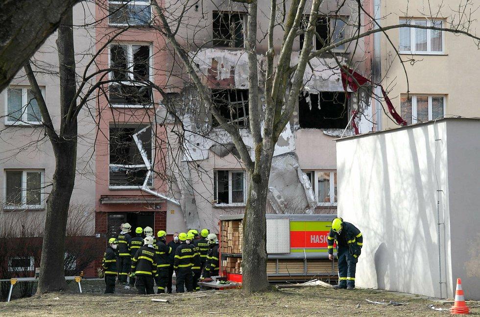 Situace ve starší části ostravského sídliště Hrabůvka po ranním výbuchu v jednom z bytů v Provaznické ulici ve středu po poledni.