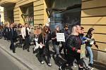 Studenti na Nádražní ulici v Ostravě.