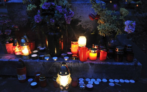 Na Památku zesnulých a dny kolem ní lidé více než kdy jindy navštěvují hroby, pokládají na ně květiny a věnce a zapalují unich svíčky, které jsou symbolem života. Myslí na ty, co odešli nebo se za ně modlí.