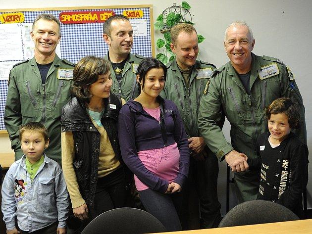Čtveřice stíhačů z jednotky RAF Hawk navštívila o víkendu Ostravu.