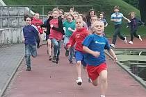Stovky školáků ze základních škol Ostrčilova a Nádražní si v úterý přišly zaběhat na hřiště základní školy Ostrčilova.