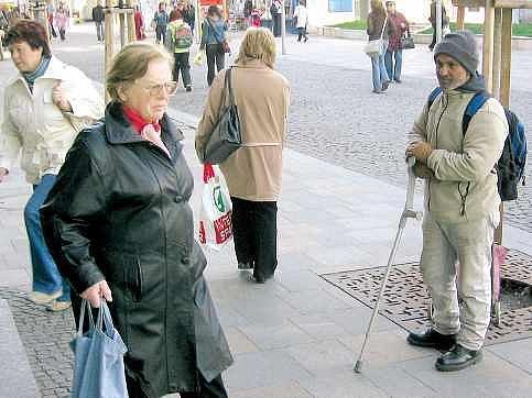 Bezdomovec Dušan v centru Ostravy. Žebráním si denně přijde na tři stovky.