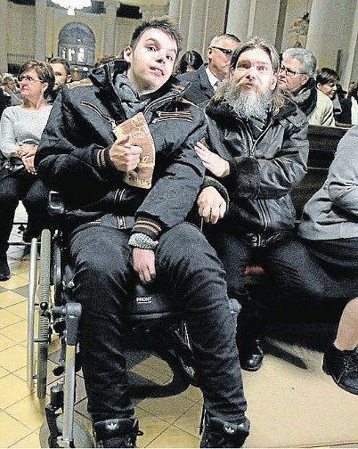 Štěstí Palkovičových na benefici vostravské katedrále, kde se dozvídají, že mají prostředky na to, aby nepřišli obydlení.