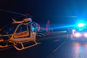 Zásah záchranářů u jedné z nehod v Moravskosleuském kraji, ke které došlo za šera na podzim 2020.