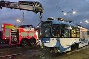 Profesionální hasiči zOstravy-Zábřehu zasahovali dnes brzy ráno vOstravě-Vítkovicích u nehody tramvaje a osobního automobilu Ford Mondeo.