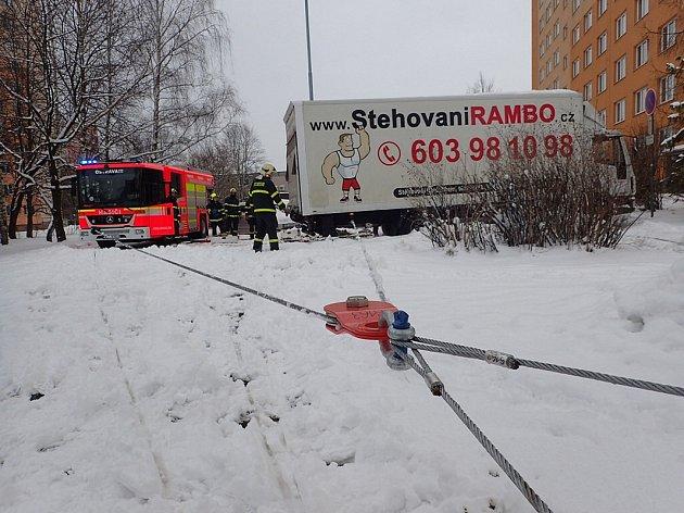 Vyprošťování zaklíněného stěhovacího vozu ve Výškovické ulici v Ostravě.