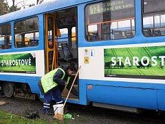 DENNĚ 172 VOZŮ. To je úklidový průměr pro ostravské tramvaje, rozdělený ovšem mezi smyčky Hranečník a Vřesinská. Tedy mezi dvě čety.