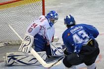 V přípravném zápase na sebe narazil prvoligový celek Olomouce (v bílém) a extraligové Vítkovice.