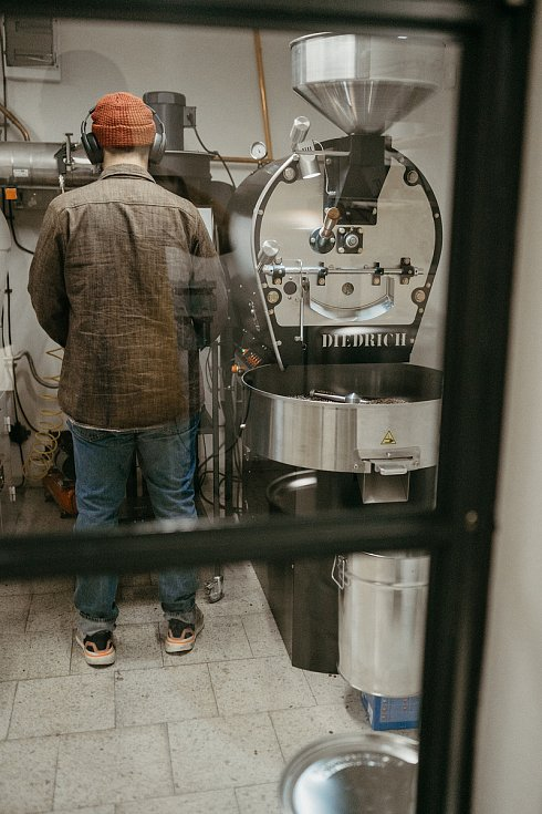 Petr Kvasnička při své oblíbené činnosti – pražení kávy.