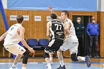 Basketbalisté NH Ostrava (v bílém) prohráli středeční utkání 4. kola nadstavbové skupiny A2 s Hradcem Králové 70:97. Foto: NH Ostrava