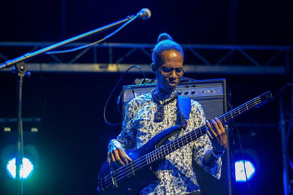 Hudební festival Colours of Ostrava 2019 v Dolní oblasti Vítkovice, 19. července 2019 v Ostravě. basový kytarista od Calypso Rose.