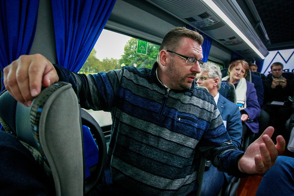 Lubomír Volný na snímku z poloviny října 2017, kdy se jako lídr kandidátky SPD v kraji krátce před volbami zúčastnil s dalšími 9 představiteli politických uskupení s největším volebním potenciálem (podle agentury Sanep) netradičního výletu Deník-busem.