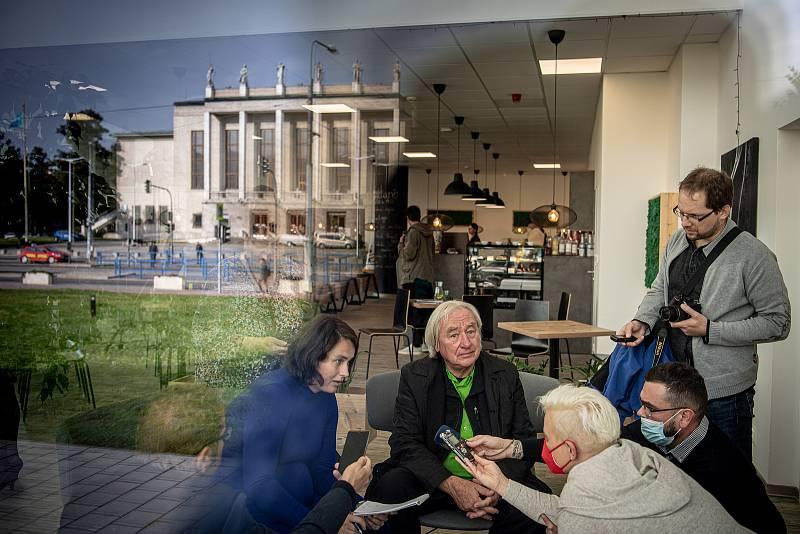 Tisková konference města Ostravy k projektu koncertního sálu, 14. října 2021 v Ostravě. (střed) Architekt Steven Holl.