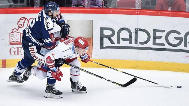 Utkání 20. kola hokejové extraligy: HC Oceláři Třinec - HC Vítkovice Ridera, 21. listopadu 2019 v Třinci. Na snímku (zleva) Blaž Gregorc a David Kofroň.