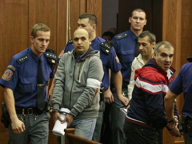Před soudem stanulo deset Bulharů a žena z Ostravy. Některým hrozí až osmnáct let vězení.