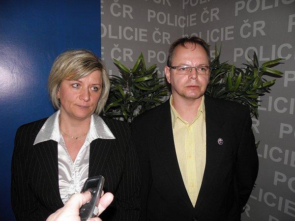 Policisté na Bruntálsku odhalili skupinu mužů, kteří kšeftovali stabákem. Opodrobnostech informovali kriminalisté Lenka Strmisková a Vincent Staš.