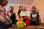 Popálená tříletá Natálka s maminkou a sestrami v novém domově v Budišově nad Budišovkou.