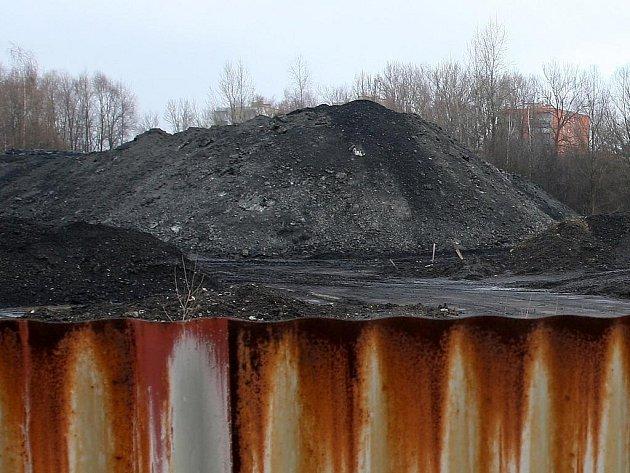 Hromady zapáchající černé hmoty obtěžují obyvatele Vratimova.