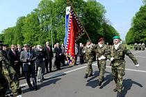 Kladení věnců u památníku osvobození v ostravském Komenského parku