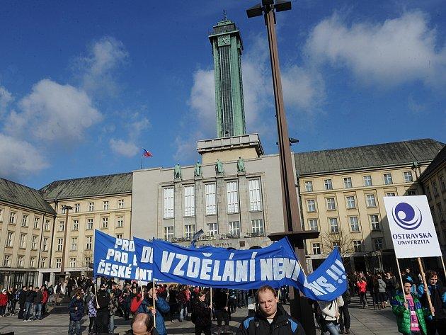 Ve středu se městem prošel protestní průvod, byl další z akcí pořádaných v rámci takzvaného Týdne neklidu. Studenti a někteří pedagogové projevují svůj nesouhlas s reformou.