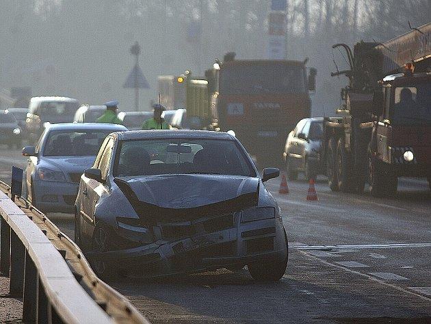 Hromadná nehoda devíti aut zkomplikovala ve středu ráno a dopoledne dopravu na frekventované Rudné ulici v Ostravě-Zábřehu.