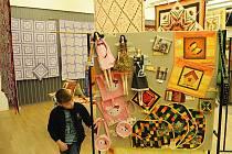 Deky, polštáře nebo třeba také vyšívané pohlednice a kurzy. To nabídl víkendový festival patchworku v kulturním domě K-Trio v Ostravě-Hrabůvce.