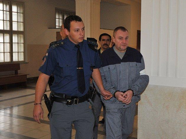 Milan Miča (vpředu) a Dušan Baláž na chodbě soudu v doprovodu eskorty. Ilustrační foto.