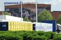 Hokejový šampionát pro Ostravu skončil čtvrtfinálovými zápasy. Takhle to v pátek vypadalo u ČEZ Arény, která byla skoro dva týdny denně obsypaná tisícovkami lidí.